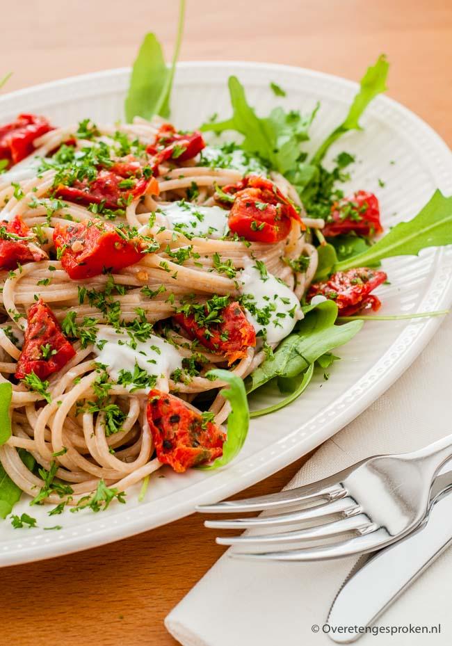 Pastasalade - Spaghetti metzongedroogde tomaatjes, aubergine, rucola en een smaakvolle dressing van roquefort. Deze salade wil je proeven!