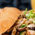 Pistolet spicy kip - Pittige kip, omelet, champignons en uien op een knapperige broodje. Heerlijk als lunch maar ook als avondmaaltijd smaakt het goed.