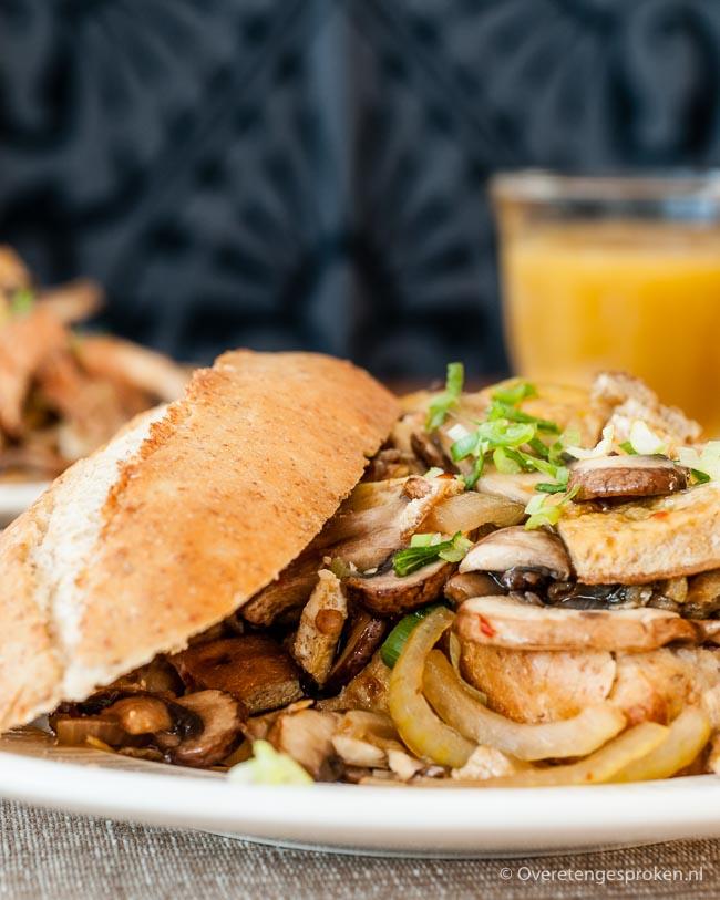 Pistolet spicy champignons - Pittige champignons, omelet en ui op een knapperig broodje. Geschikt voor zowel de lunch als avondmaaltijd.
