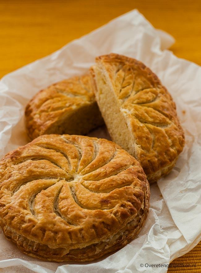 Driekoningentaart of galette de roi - Luchtig bladerdeeg met een heerlijke amandelvulling. In dit recept leg ik uit hoe jij ook zo'n lekkere taart maakt.