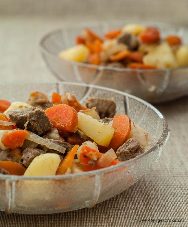 Winterse stoofschotel - Eénpansgerecht van rundvlees, knolselderij, wortel,ui en stukjesaardappel. Smaakt de volgende dag nog lekkerder!