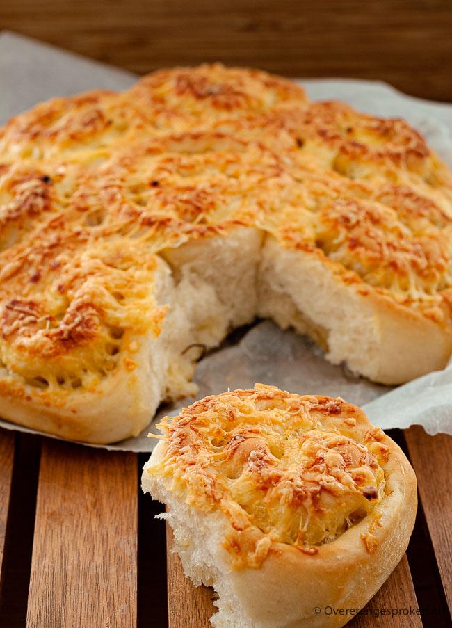 Kaas-uien breekbrood - Heerlijk zachte broodjes gevuld met uienringen en kaas. Lekker met een kop soep, bij de borrel of zomaar tussendoor.
