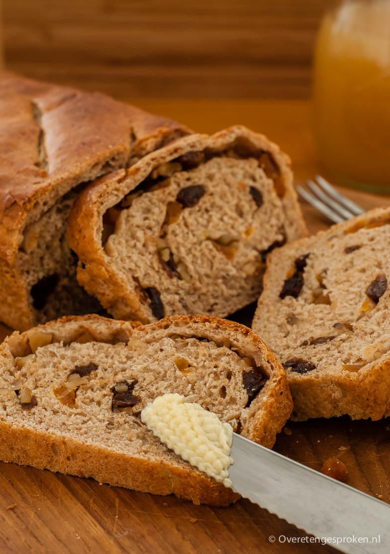 Noten-rozijnenbrood - Makkelijk te maken brood met rozijnen, noten, abrikozen en een vleugje kaneel. Lekker zacht en zoet.