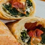 Empanadas - Bladerdeeghapjes gevuld met spinazie, feta en ovengedroogde tomaatjes.