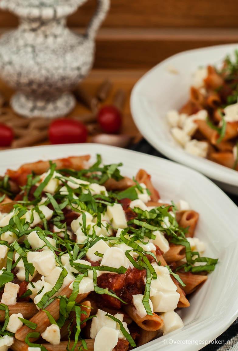 Pasta margherita - Pasta met tomaat, mozzarella en verse basilicum.