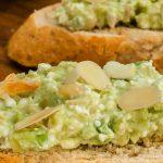 Avocado spread - Frisse spread van avocado, Cottage cheese en amandel. Lekker op de boterham of op een toastje bij de borrel.