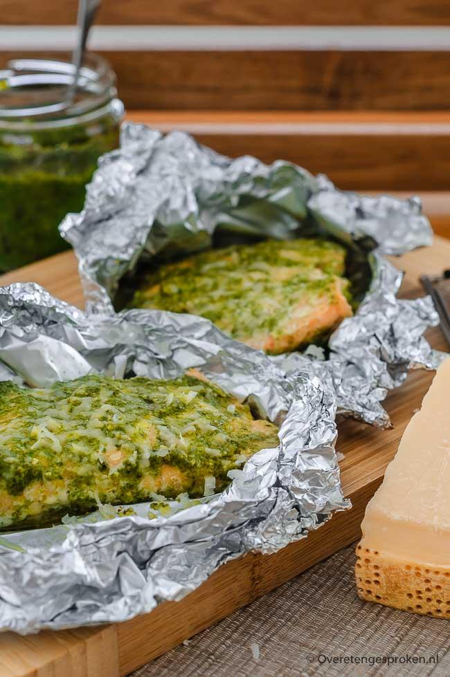 Zalm met pesto - Zalmfilet, royaal ingesmeerd met pesto, en papillotte bereid in de oven. Makkelijk en erg lekker!