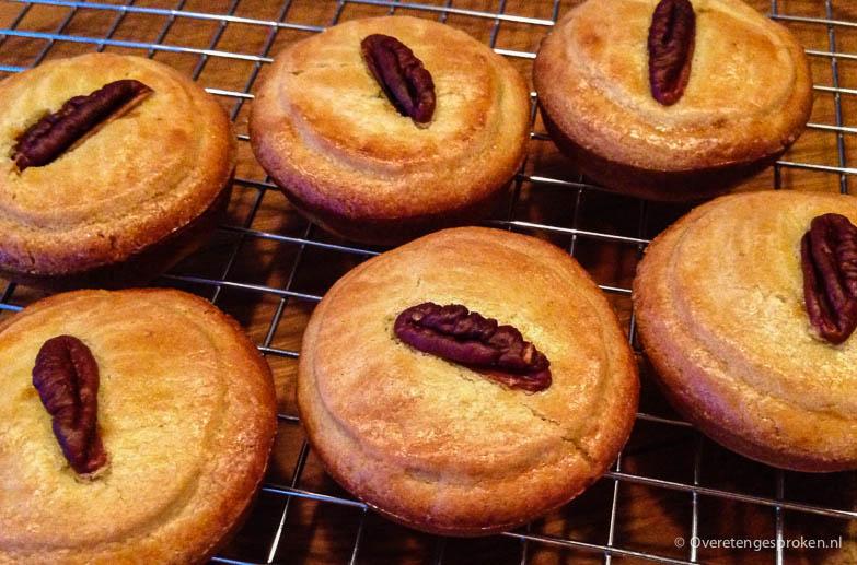 Pecan-karamelkoeken - Heerlijke roomboterkoeken gevuld met amandelspijs, pecannoten en zachte karamel.