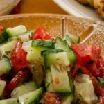 Frisse komkommer-tomatensalade - Een makkelijke, snelle en veelzijdige salade van komkommer, tomaat, verse koriander en sweet chili sauce.