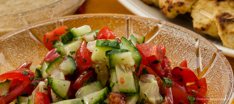 Frisse komkommer-tomatensalade