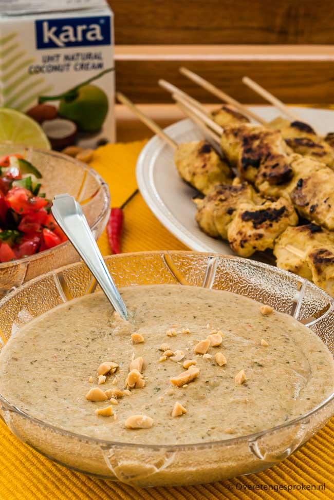 Pindasaus - Homemade pindasaus van fijn gemalen pinda's, kokosroom en verse kruiden. Niet moeilijk, wel waanzinnig lekker.