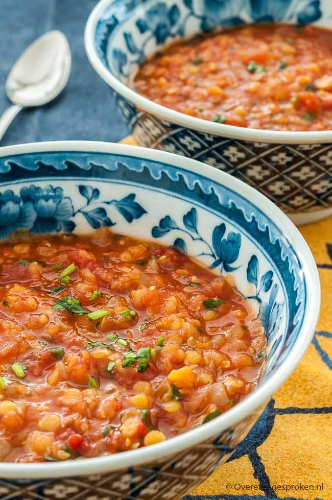 Tomaten-linzensoep - Vullende maaltijdsoep met tomaat, rode linzen, komijn en verse koriander.