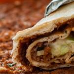 Turkse pizza of lachmacun - Kruidig gehakt op een zeer dunne bodem en een topping van ijsbergsla en knoflooksaus.