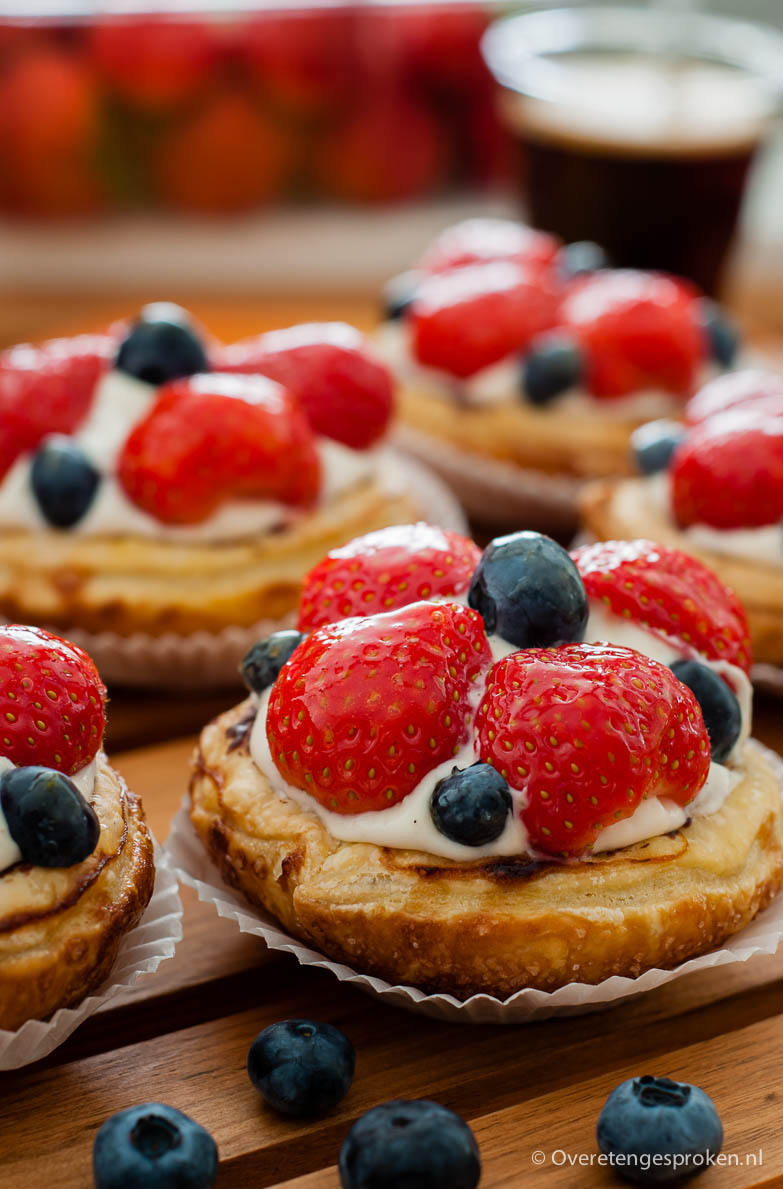 Vruchtenschelpjes - Krokant bladerdeeg gevuld met Zwitserse room en vers fruit.