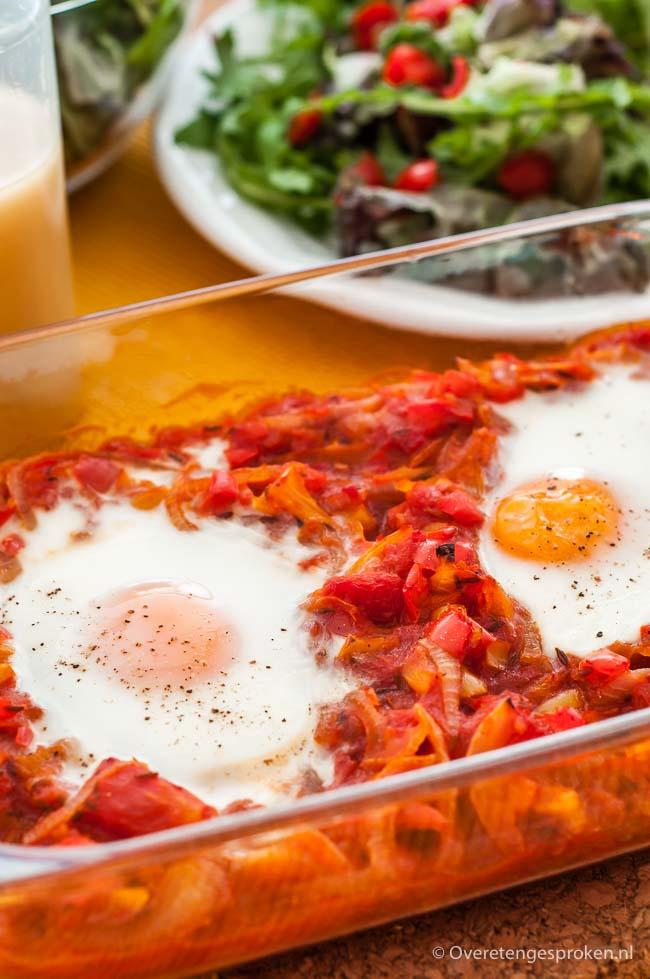 Chachouka - Heerlijke Noord-Afrikaanse groenteschotel met paprika, tomaat, ei en specerijen.