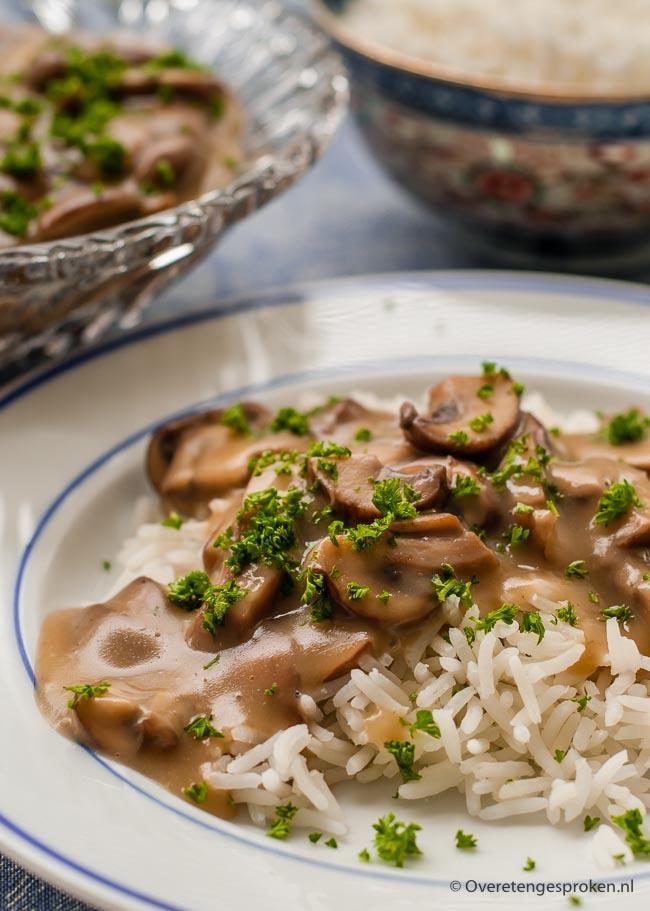 Champignonragout - Een heerlijk gerecht dat je op vele manieren kunt serveren. Met rijst, op brood of in pasteibakjes van bladerdeeg. Altijd lekker!