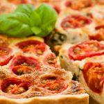 Tomatenquiche - Vegetarische quiche met tomaat, kaas, basilicum, Griekse yoghurt en ei.