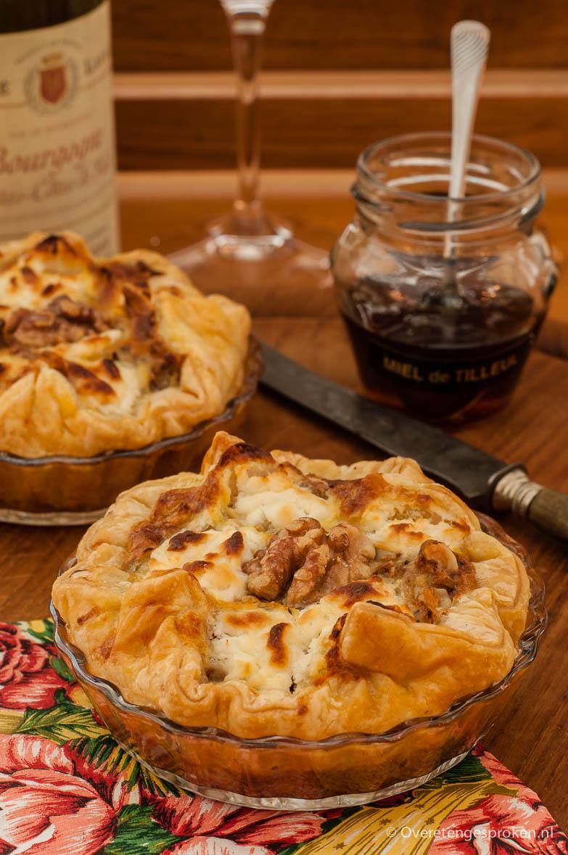 Geitenkaastaartjes - Hartige taartjes met geitenkaas, walnoten en tijm. In mini-variant leuk voor bij de borrel.