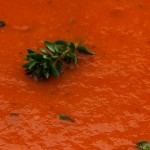 Geroosterde paprikasoep - Zelf geroosterde paprika's zijn heerlijk zacht en zoet. Met wat ui, knoflook, aardappel en tijm maak je er een mooie soep van.
