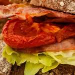 Sandwich BLT - Brood belegt met krokante bacon, knapperige sla en ovengedroogde tomaat. Ongelooflijk lekker en met recht een klassieker!