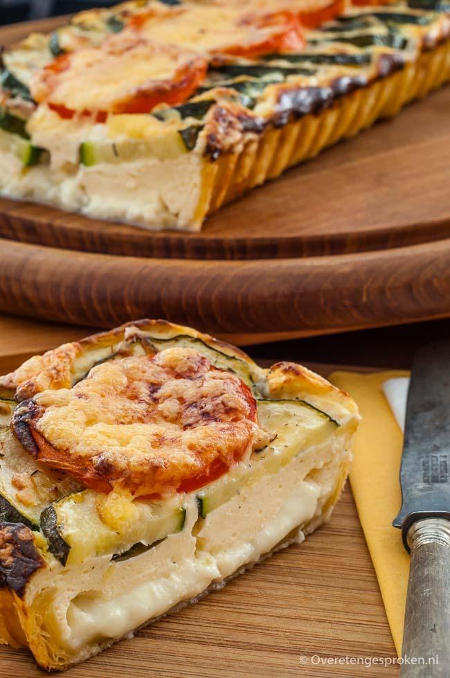 Hartige bladerdeegtaart van 24kitchen - Rijk gevuld met mozzarella, courgette, ricotta, ei en tomaat.