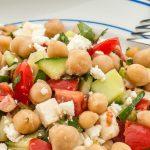 Kikkererwtensalade met feta - Kleurrijke en smaakvolle zomerse salade. Perfect voor bij de barbecue, als lunch of met een broodje erbij als avondmaaltijd.