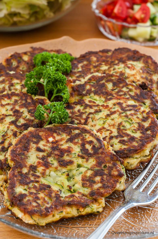 Courgetteburgers - Deze courgetteburgers zijn een leuke manier om met courgette te variëren. Stevig van buiten en lekker zacht van binnen.