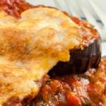 Melanzane alla Parmigiana - Makkelijke ovenschotel met aubergine, tomaat, verse basilicum, mozzarella en Parmigiano Reggiano.
