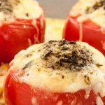 Tomaten gevuld met kaas en ei - Makkelijk en voedzaam gerecht uit Irak. Staat zo op tafel!