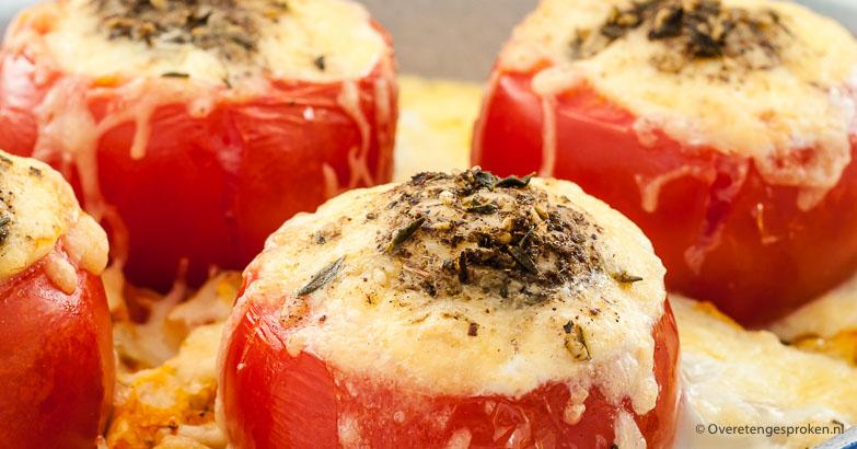 Tomaten gevuld met kaas en ei