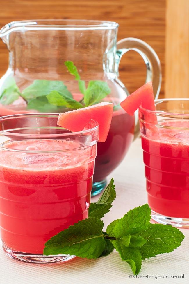 Limonade van watermeloen - Dorstlessende drink van watermeloen, citroensap, water en een paar takjes munt. Zonder toegevoegde suiker!