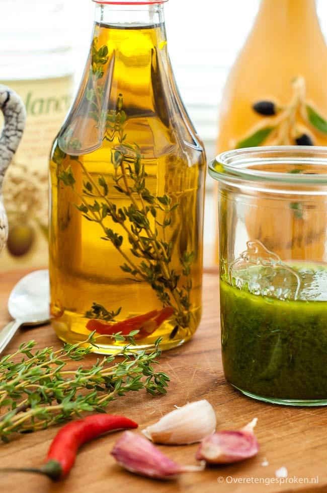 Homemade kruidenolie - De lekkerste kruidenolie maak je met verse kruiden. Geheel naar eigen smaak aan te passen met andere kruiden en/of olie.
