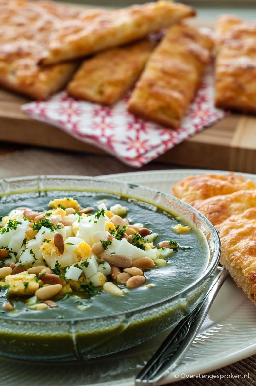Spinaziesoep met ei en pijnboompitjes - Gezonde en voedzame maaltijdsoep. Makkelijk voor te bereiden dus ideaal als snelle hap op drukke dagen.