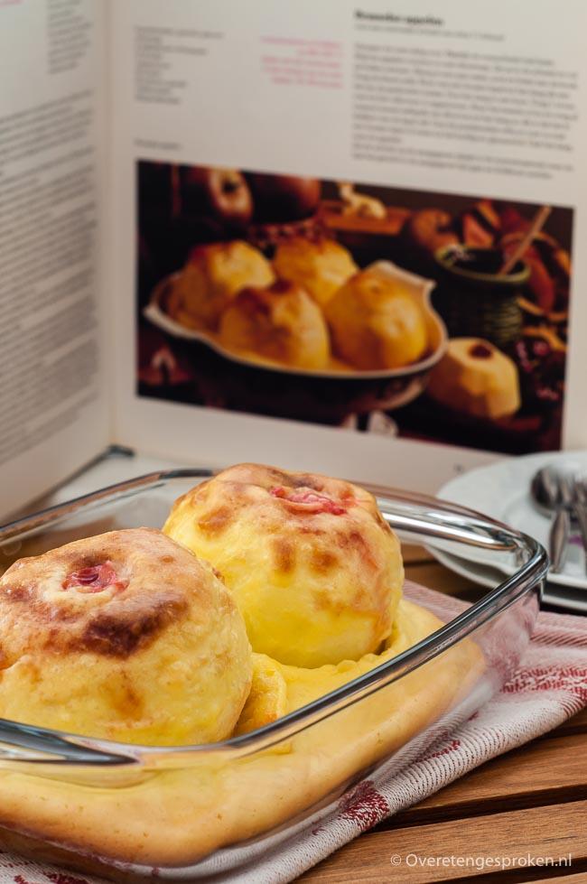 Brusselse appels - Heerlijk zoet en friszuur dessert van warme moesappels gevuld met aardbeienjam en een jasje van zoet soezendeeg.