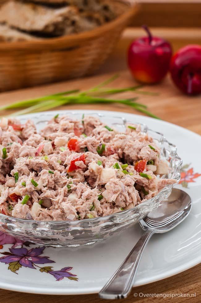 Tonijnsalade voor op een broodje - Frisse tonijnsalade met appel, tomaat, bieslook en rode ui. Lekker op een broodje of toastje.