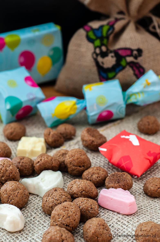 Kruidnoten - Traditionele Sinterklaas lekkernij die je heel makkelijk zelf maakt. Ook een leuke activiteit om samen met de kinderen kruidnoten te bakken.