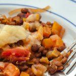 Vegetarische cottage pie - Kleurrijk en heerlijk voedzaam gerecht met linzen, wortel, tomaten-groentesaus en aardappelpuree.