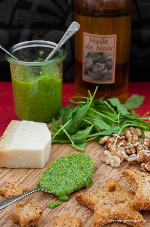 Rucolapesto - Door de rucola, walnoten en walnootolie heeft deze pesto een heerlijke notensmaak. Mooie variant op de klassieke pesto.