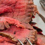 Rosbief met siroop van rode port - Klassiek stuk vlees op smaak gebracht met za'atar en geserveerd met een heerlijke portsiroop.