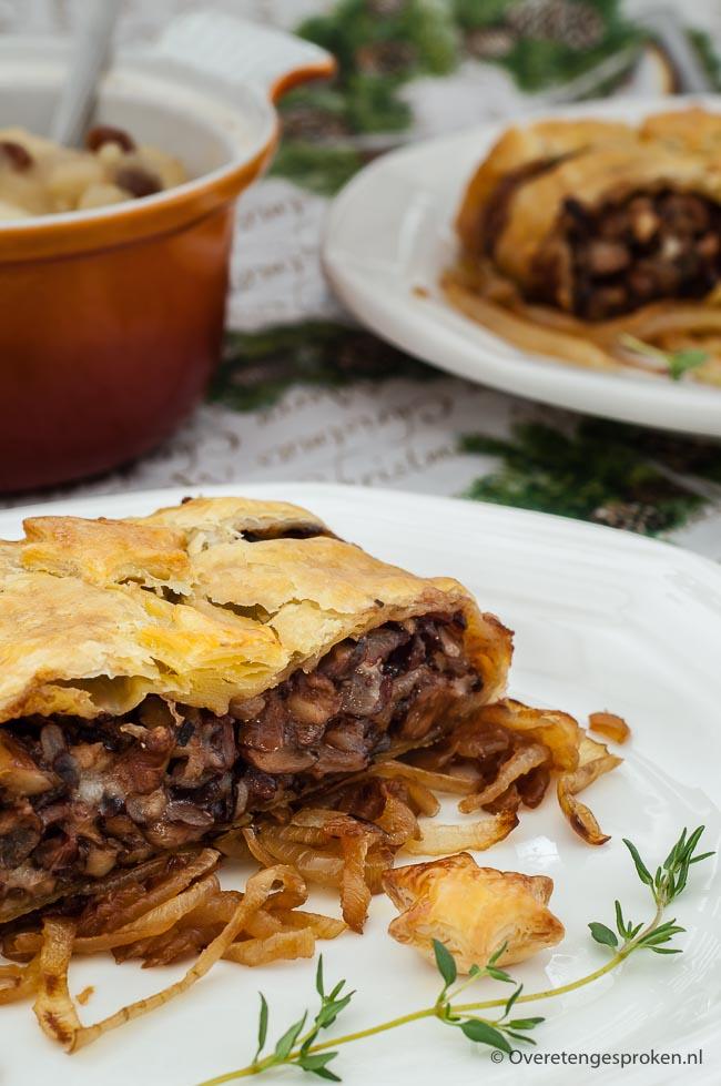 Hartige strudel met paddestoelen - Verrassend vegetarisch gerecht met paddestoelen, walnoot en Italiaanse kazen op een bedje van gekarameliseerde uien.