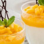 Yoghurtbavarois met mango topping - Lekker fris en luchtig dessert. Perfect als afsluiter van een gezellig etentje.