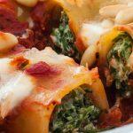 Cannelloni met spinazie en ricotta - Pastabuisjes gevuld met spinazie en ricotta in een lekkere tomatensaus en afgebakken met mozzarella en pijnboompitjes.