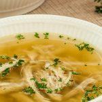Kippensoep - De allerlekkerste kippensoep maak je van een zelf getrokken bouillon. Dit recept laat zien hoe simpel dat is.