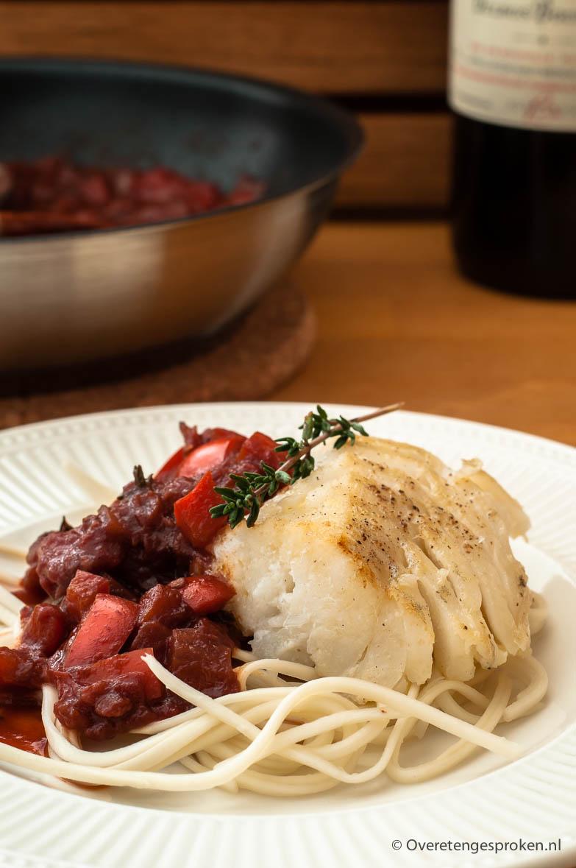 Kabeljauw met tomaten-wijnsaus - Zachte witvis met een smaakvolle tomaten-wijnsaus. Met pasta of noodles erbij heb je een heerlijke doordeweekse maaltijd.