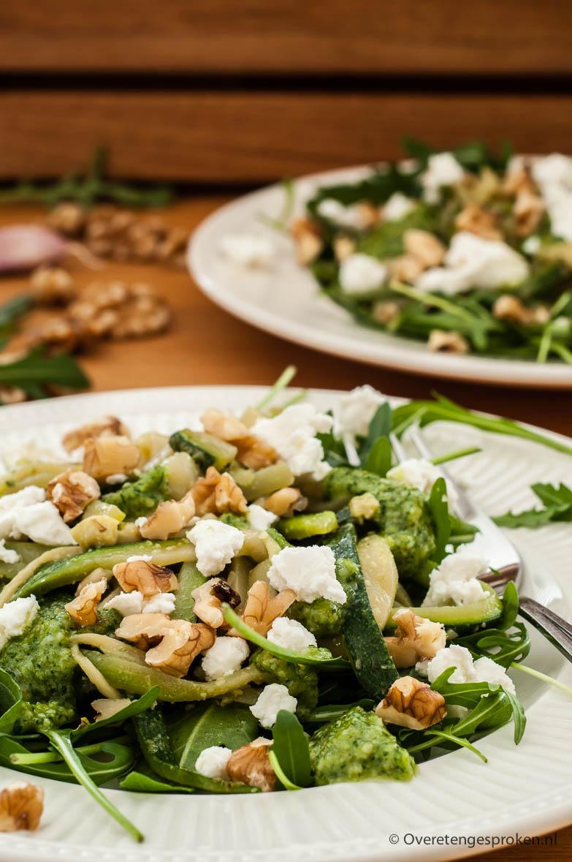 Maaltijdsalade met rucola en courgette - Kan zowel warm als koud worden gegeten. Super smaakvol door de royaal toegevoegde rucolapesto en zachte geitenkaas.