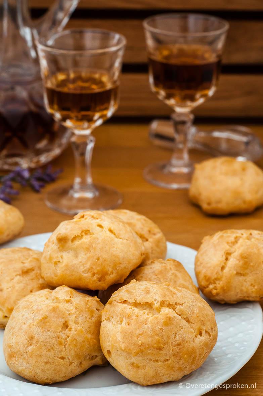 Gougères of kaassoesjes - Lekker luchtige borrelhapjes met een krokante buitenkant en een ietwat zachte binnenkant. Zóó lekker!