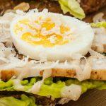 Caesar toast - Leuke variatie op de overheerlijke caesarsalad. Surf en turf op toast. Lekker als lunch of tussendoortje.