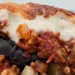 Moussaka - Traditioneel Grieks gerecht met laagjes aardappel, aubergine, vlees- en kaassaus. Extra lekker met een snuf kaneel in de vleessaus.