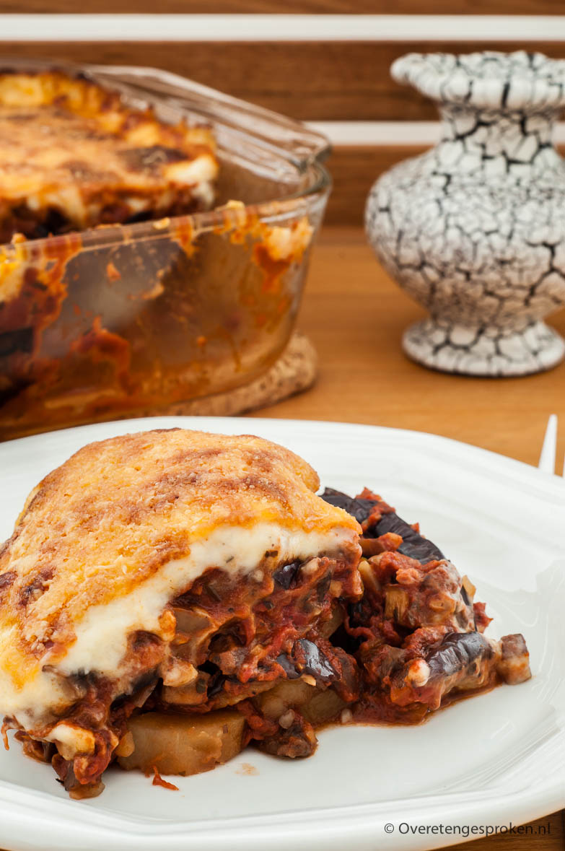 Vegetarische moussaka - Vervang het gehakt door champignons en walnoten en je hebt een overheerlijke vegetarische variant van dit bekende Grieks gerecht.