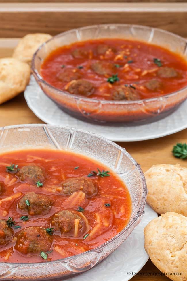 Snelle tomatensoep - Een simpele maar stevige, goed gevulde tomatensoep. Perfect voor op een luie zaterdag of als snelle doordeweekse hap.